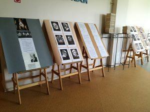 Raiņa portreti skolēnu linogriezumu izstādē