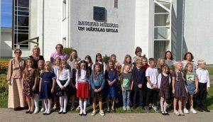 Mazie pirmklasnieki svinīgi atver Mākslas durvis